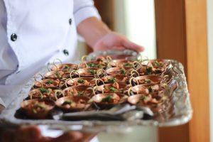חנוכת בית: 8 רעיונות למגשי אירוח חגיגיים במיוחד